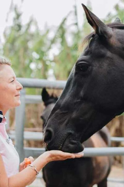 Anke Hawke holding her horse Georgie Girl undre the chin